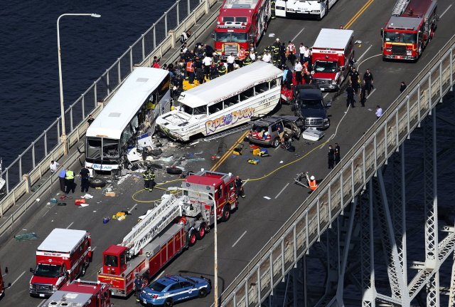 aptopix-seattle-tour-bus-crash-cc1cc3a70ff793eb